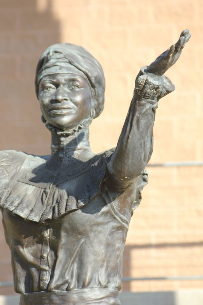 Freedwoman_-_Juneteenth_Memorial_Monument_-_Austin_Texas_-_Adrienne_Rison_Isom